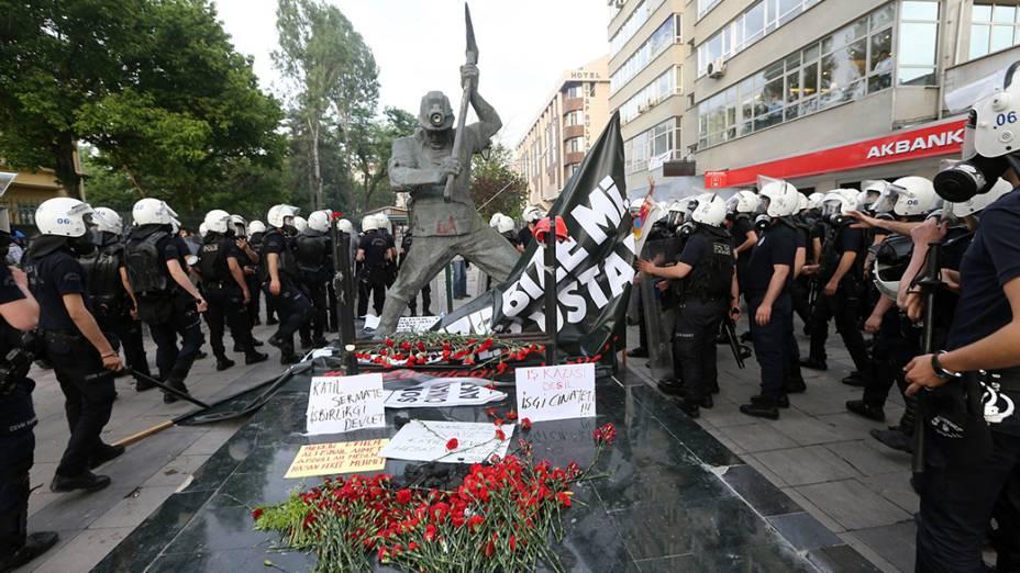 Em Encara, centenas de pessoas participaram de uma manifestação em prol às vítimas da explosão seguida por incêndio de uma Mina na província de Soma, oeste da Turquia