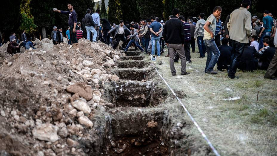 Centenas de covas são abertas no cemitério de Manisa, região oeste de Turquia. Um incêndio seguido de explosão em uma mina fez mais de duzentas vítimas fatais