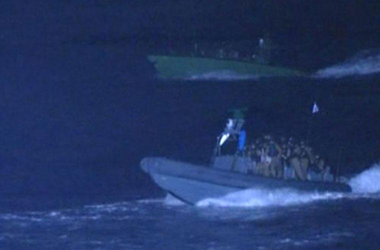 Um canal de televisão turco flagra o momento que botes do exército israelense se aproximam do navio que levaria ajuda humanitária à Faixa de Gaza.