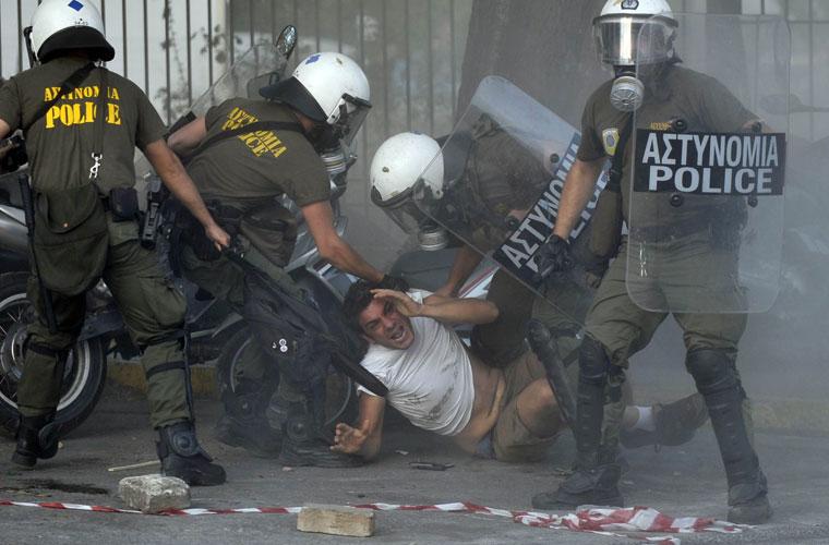 Policiais gregos prendem ativista pró-Palestina que protestava em frente à embaixada israelense no país.