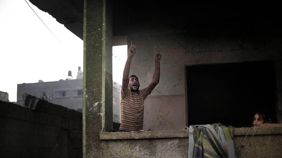 Vizinho do comandante do Hamas, Ezzedine Haddad, após ataque aéreo onde a casa do comandante foi destruída