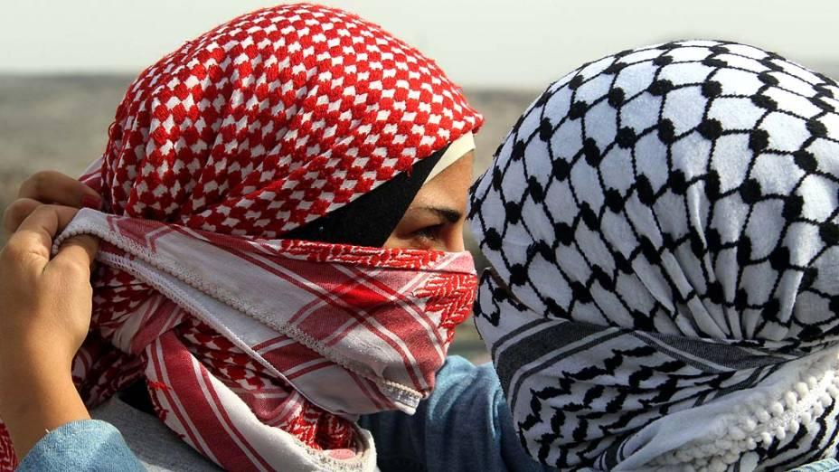 Palestinas durante protesto contra conflito na Faixa de Gaza, na Cisjordânia