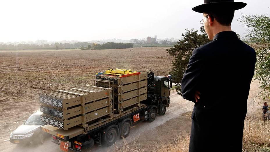 Judeu ultra-ortodoxo observa caminhão indo em direção ao Domo de Ferro
