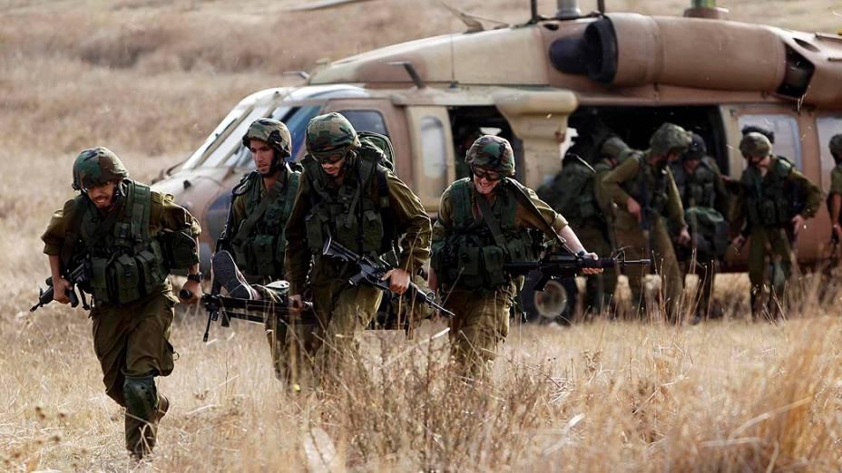 Soldados israelenses fazendo simulação de invasão por terra à Faixa de Gaza
