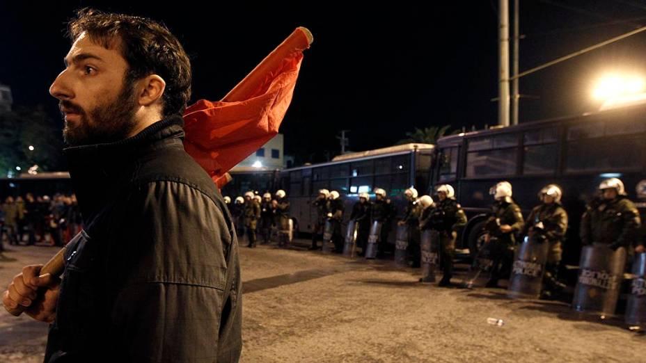 Manifestante protesta contra os ataques de Israel à Faixa de Gaza em frente a embaixada israelense, em Atenas