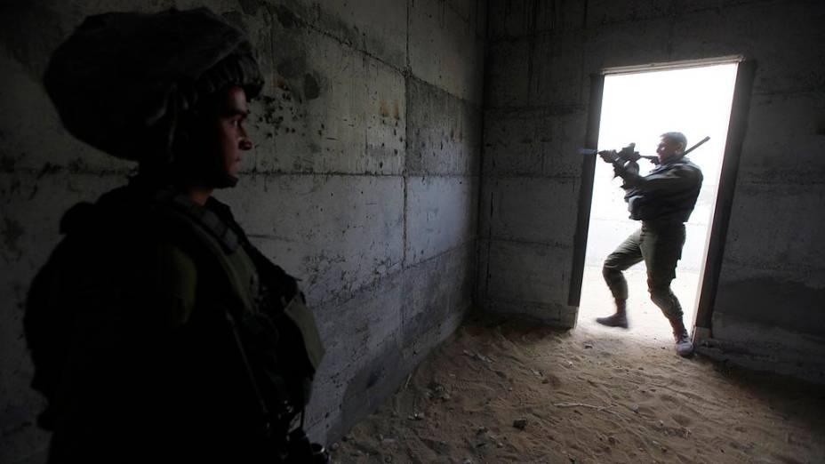 Soldados israelenses simulam invasão por terra à Faixa de Gaza