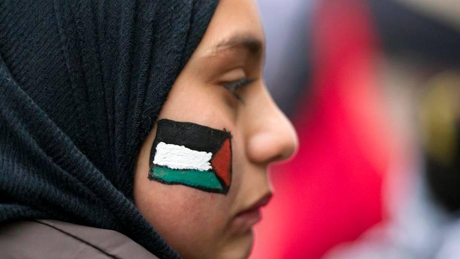 Manifestante demonstrando apoio aos palestinos, em Berlin