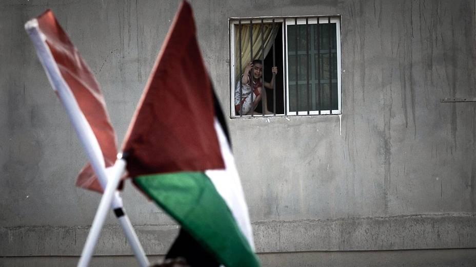 Garota observa manifestação em solidariedade à Gaza, em Manama