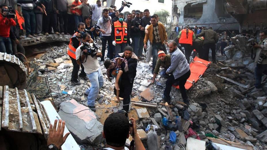 Homem carrega corpo de criança morta durante ataque aéreo na Cidade de Gaza