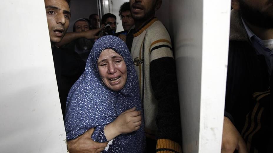 Mulher palestina chora ao receber a notícia da morte de sete pessoas de sua família
