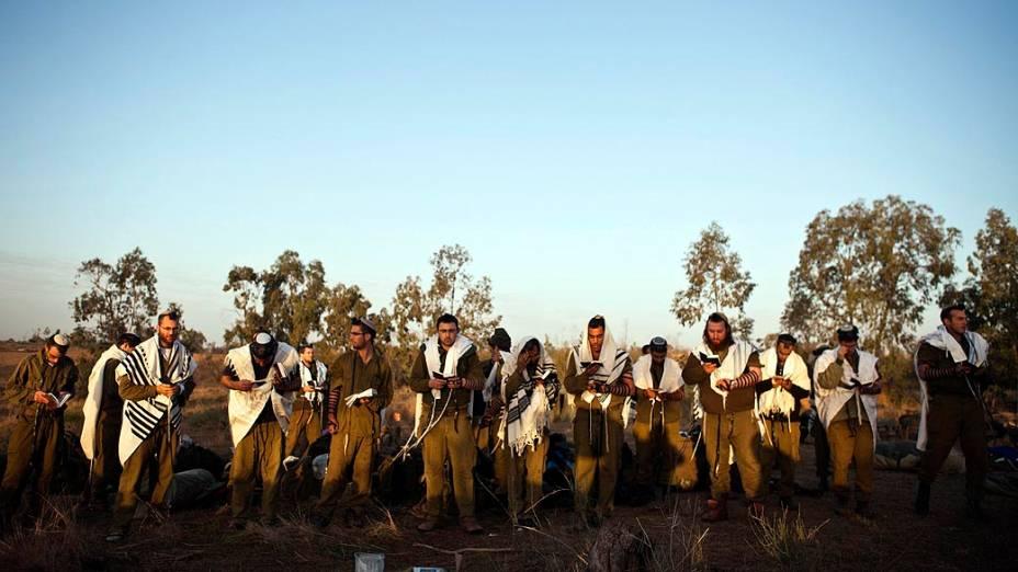 Soldados israelenses oram na fronteira da Faixa de Gaza