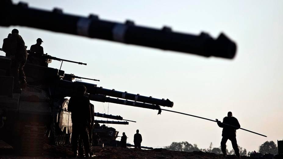 Soldados israelenses preparam os tanques próximo à fronteira da Faixa de Gaza