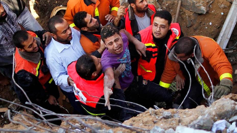 Defesa civil palestina retira homem de escombros, na Cidade de Gaza