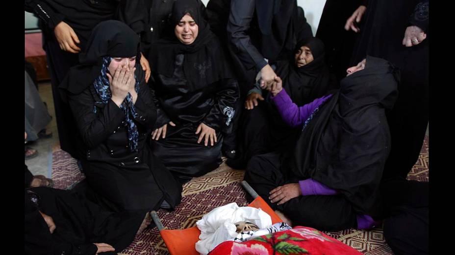 Família da palestina Samaher Gdeeh durante seu funeral, no sul da Faixa de Gaza
