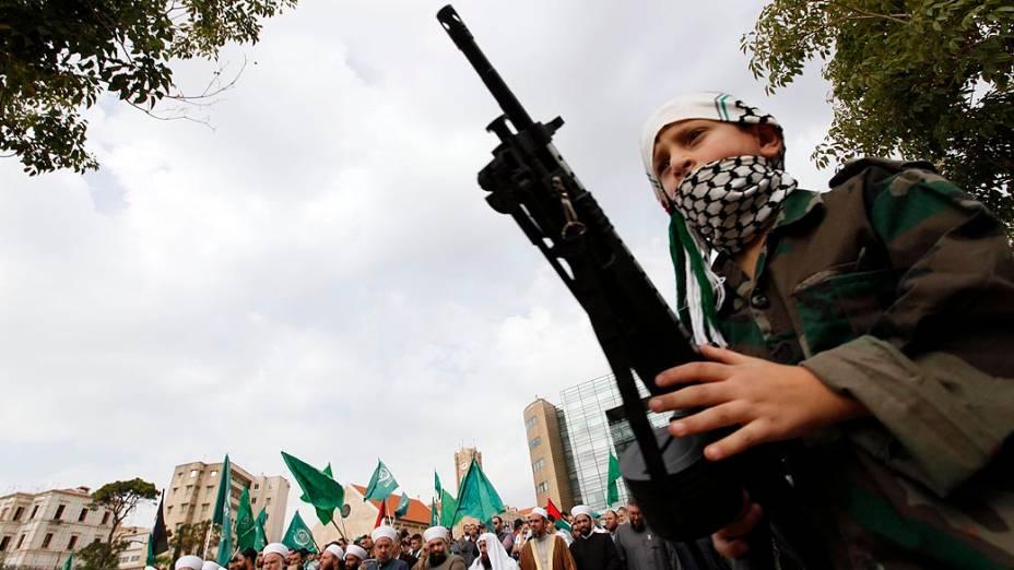 Menino com rifle de brinquedo durante protesto em solidariedade aos palestinos, em frente à sede das Nações Unidas em Beirute