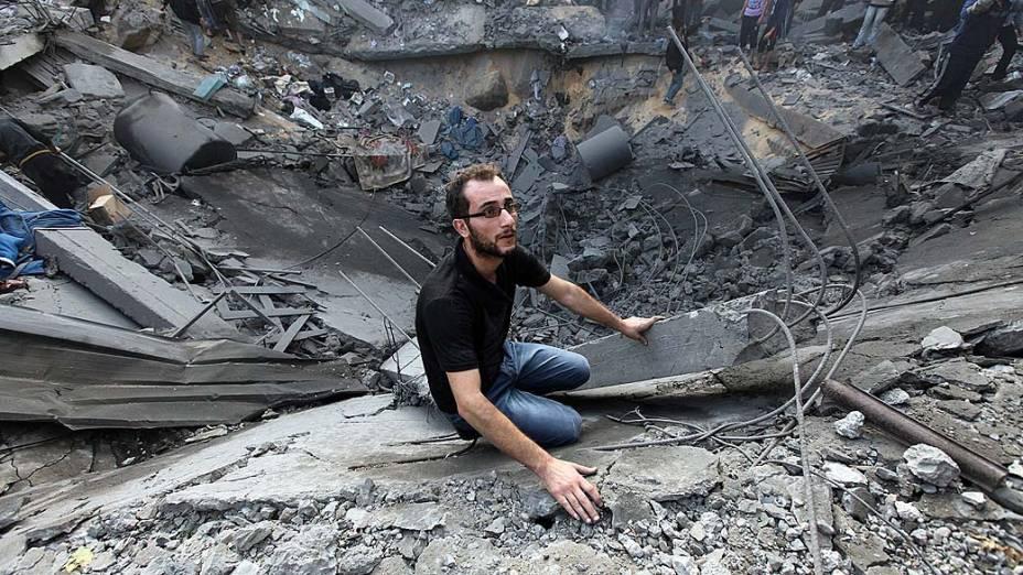 Palestino nos escombros da sua casa destruída por ataque aéreo, na Cidade de Gaza