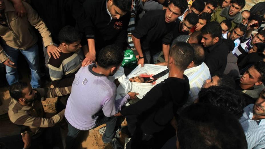 Palestinos preparam corpo do militante do Hamas Shadi al-Sheir para o funeral