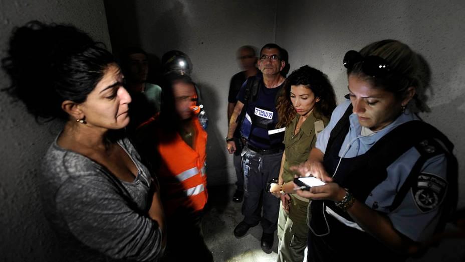 Israelenses em abrigo após toque de sirene alertando sobre ataques palestinos vindos da Faixa de Gaza