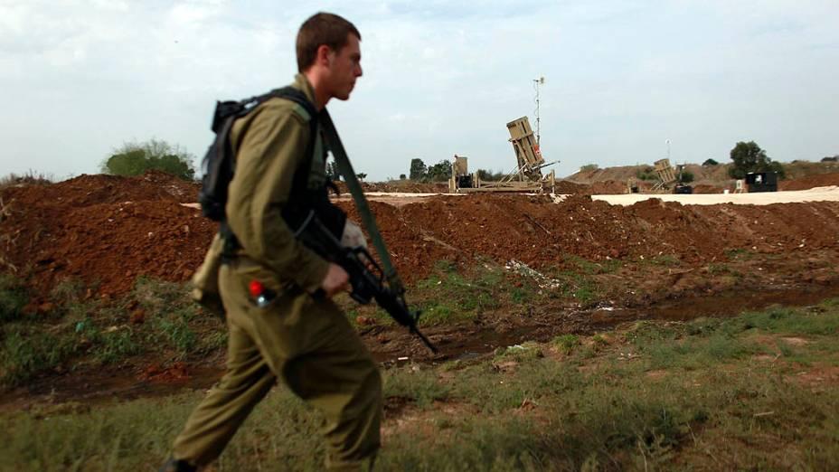 Soldado israelense próximo ao Domo de Ferro, sistema israelense antimísseis