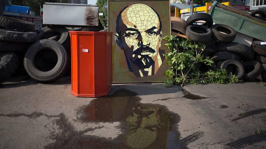 Imagem do líder bolchevique Vladimir Lenin é vista em frente à barricada no centro de Slovyansk, na Ucrânia