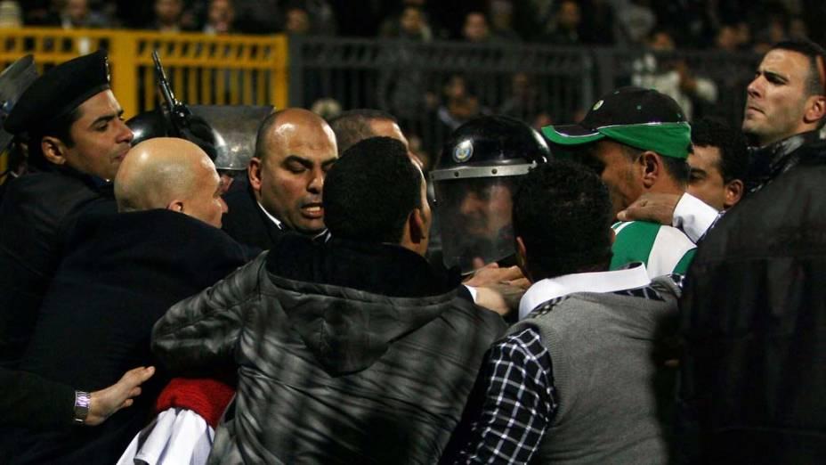 Polícia entra em confronto com torcedores, no Cairo