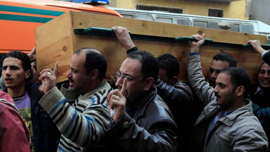 Egípcios carregam caixão, no Cairo