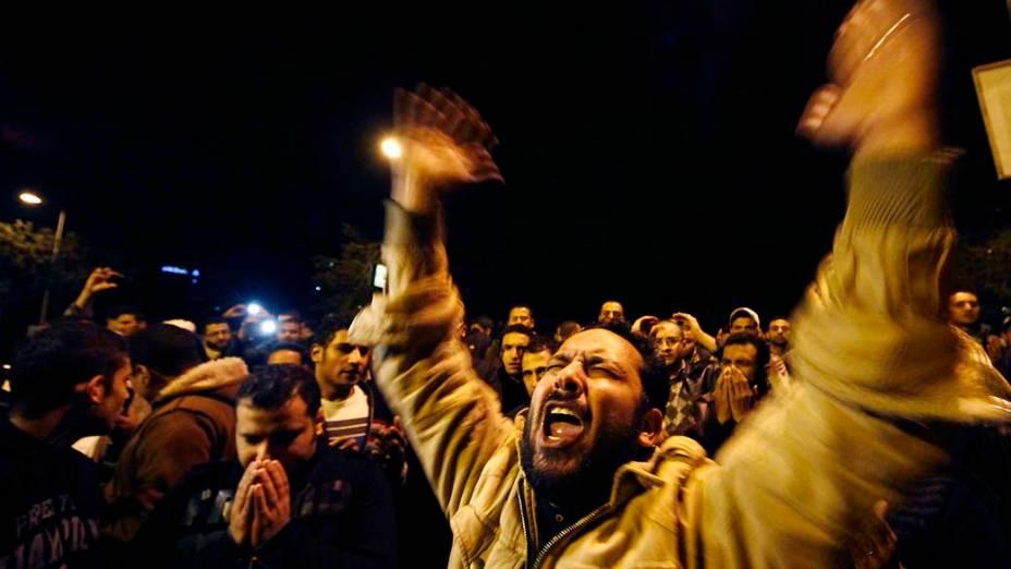 Pessoas se manifestam após a tragédia, no Cairo
