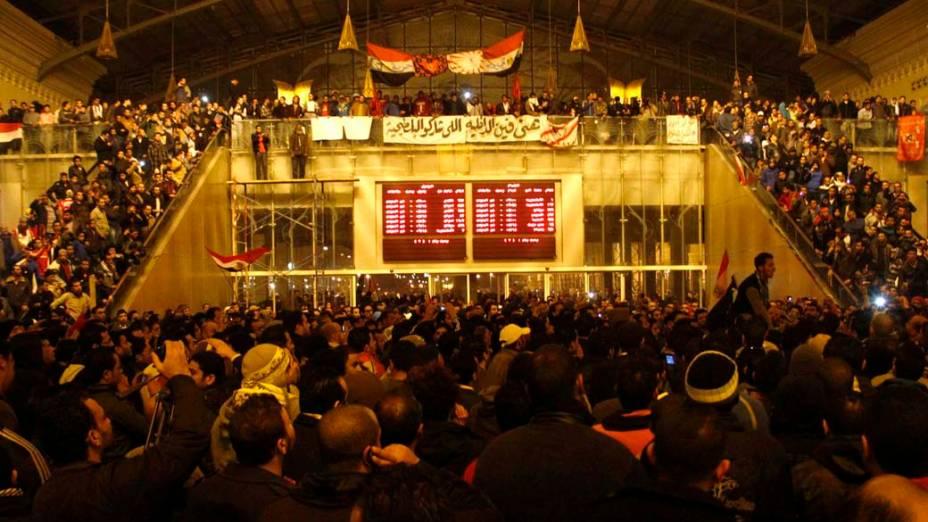 Egípcios aguardam os feridos em estação de metrô no Cairo