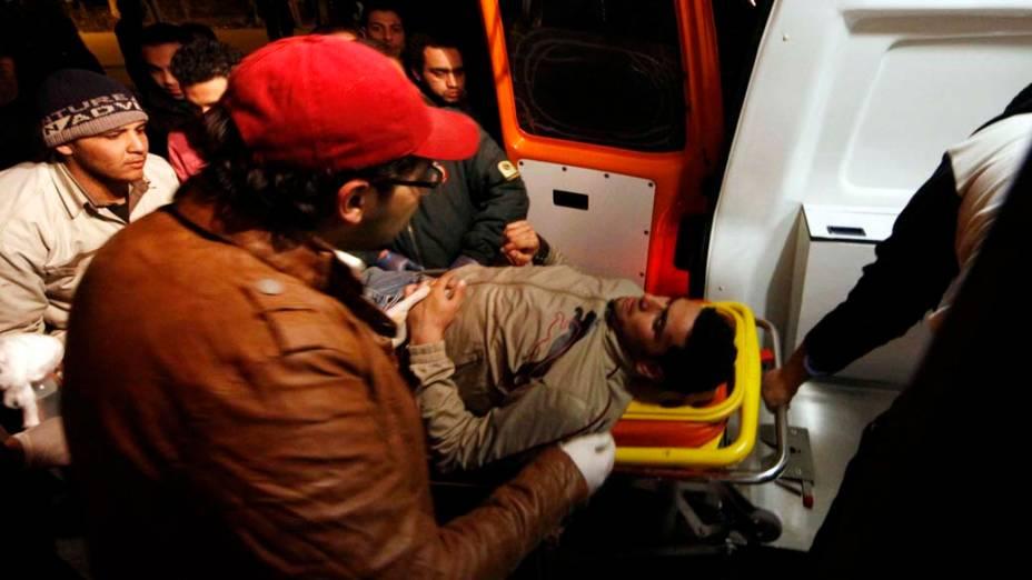 Após confusão, homem é levado para a ambulância, no Cairo