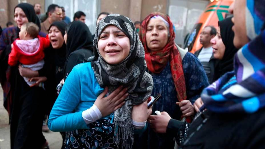 Parentes das vítimas em busca de informações sobre os feridos, no Cairo