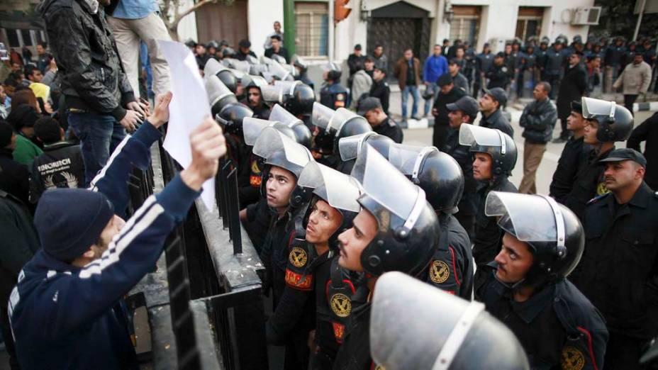 Manifestantes fazem protesto após confronto durante a partida entre Al Masry e Al Ahly válida pelo Campeonato Egípcio, no Cairo