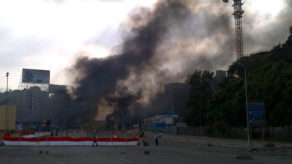 Fumaça vista da área de conflito entre seguidores de Mursi e a polícia egípcia