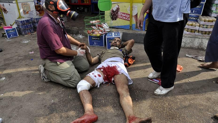 Homem ferido após ofensiva policial aguarda atendimento no Cairo