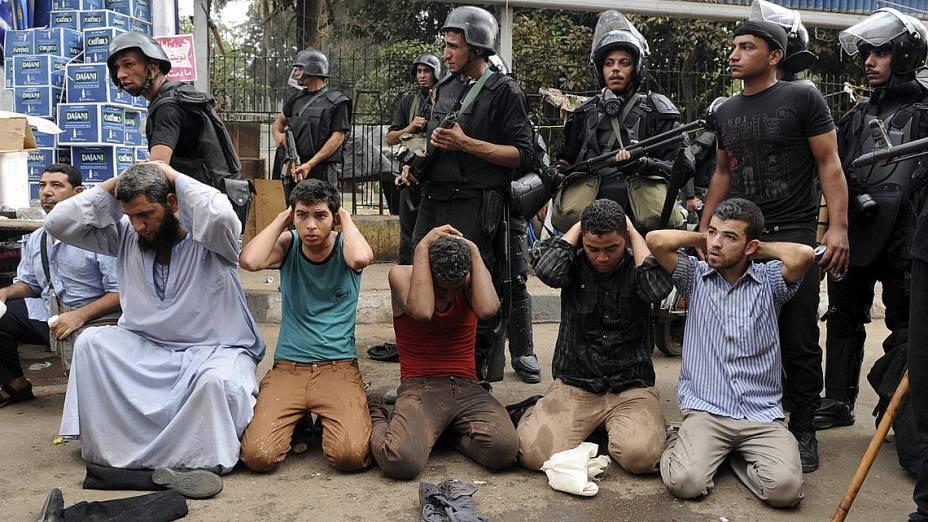 Manifestantes presos durante ação da polícia em acampamento pró-Mursi