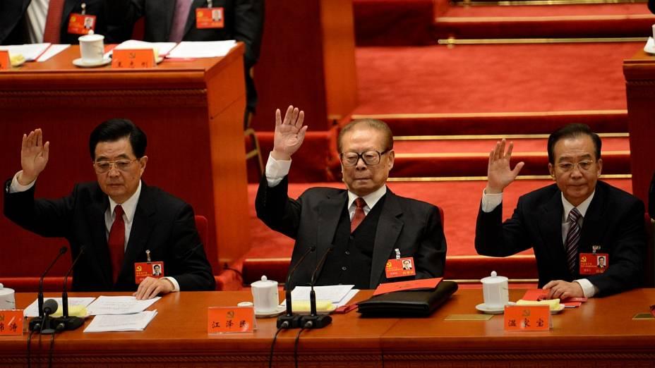 O presidente chinês Hu Jintao, o ex-presidente Jiang Zemin e o premiê Wen Jiabao durante a votação do novo Comitê Central
