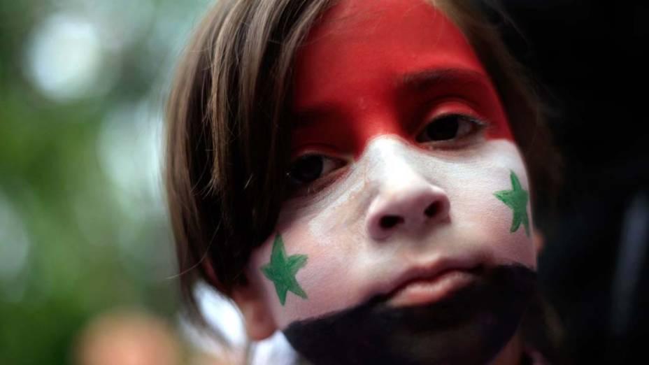 Garota durante protesto contra o governo de Bashar al-Assad