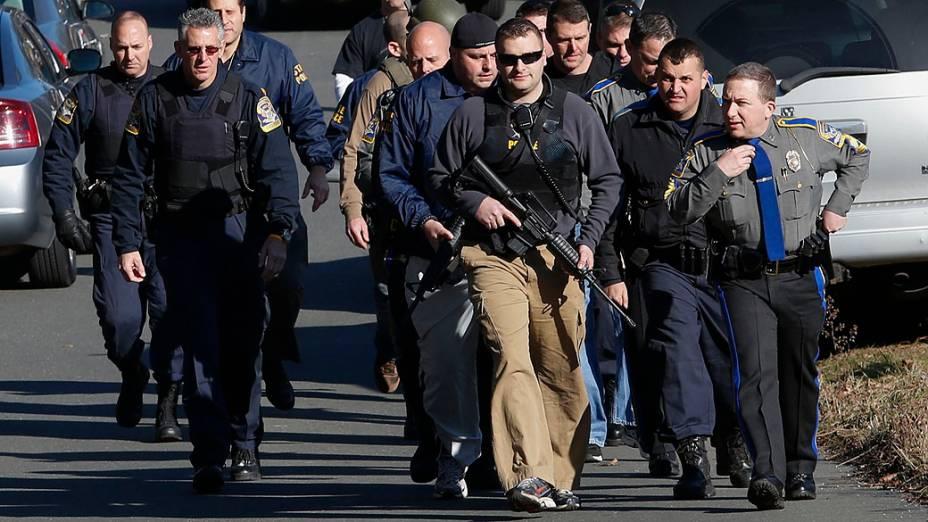 Polícia patrulha as ruas fora da Escola Primária Sandy Hook, em Newtown, Connecticut após o tiroteio