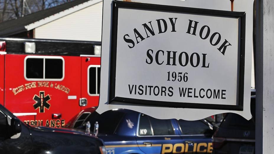 Carros da polícia e dos bombeiros em frente a escola primária Sandy Hook em Newtown, Connecticut onde um atirador abriu fogo deixando mais de 30 mortos