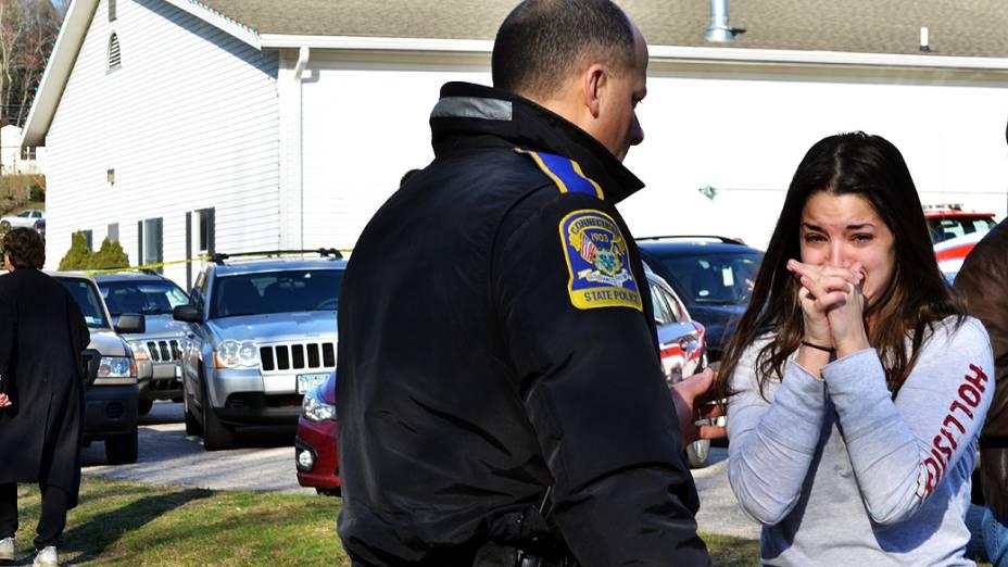 Um atirador abriu fogo na manhã desta sexta-feira em uma escola da cidade de Newtown, no Estado de Connecticut, nos Estados Unidos. A polícia diz que funcionários e crianças estão entre os mortos e feridos no incidente