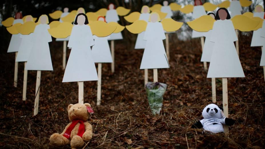 População faz homenagem às vítimas do tiroteio na escola primária Sandy Hook em Newtown, Connecticut
