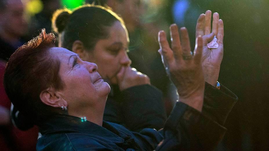 Mulher chora depois de visitar memorial para as vítimas do tiroteio da escola primária Sandy Hook em Newtown, Connecticut