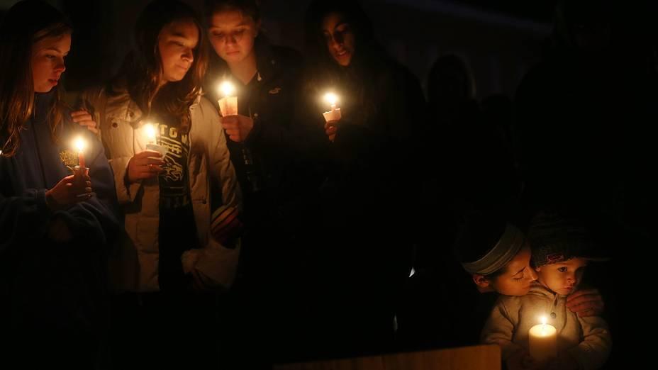Familiares fazem orações às vítimas do tiroteio na escola primária Sandy Hook, em Connecticut