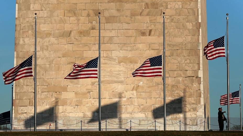 Bandeiras a meio-mastro no Monumento de Washington, em memória <em>à</em>s vitímas do Massacre