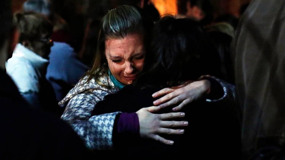 Familiares das vítimas durante vigília na Igreja Santa Rosa de Lima, em Newtown