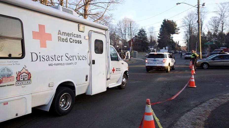 Veículo da cruz vermelha próximo a escola primária Sandy Hook, onde pelo menos 27 pessoas, incluindo crianças, foram mortas nesta sexta-feira (14/12)