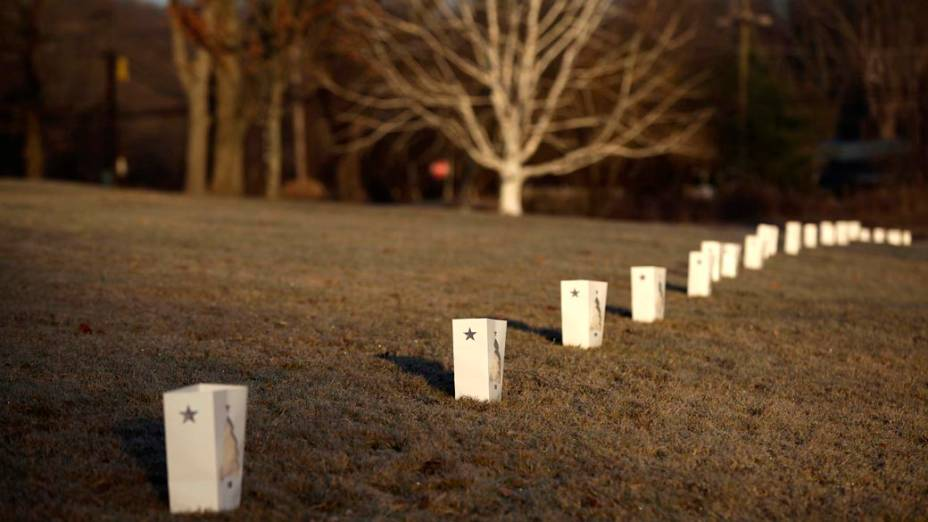 Enfeites decorados com estrelas são colocados em parque da cidade em memória às vítimas mortas na última sexta