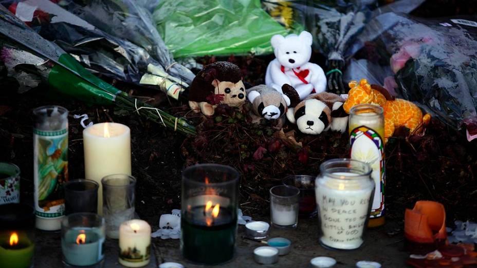 Memorial para as vítimas do tiroteio que aconteceu na escola Sandy Hook, em Newtown
