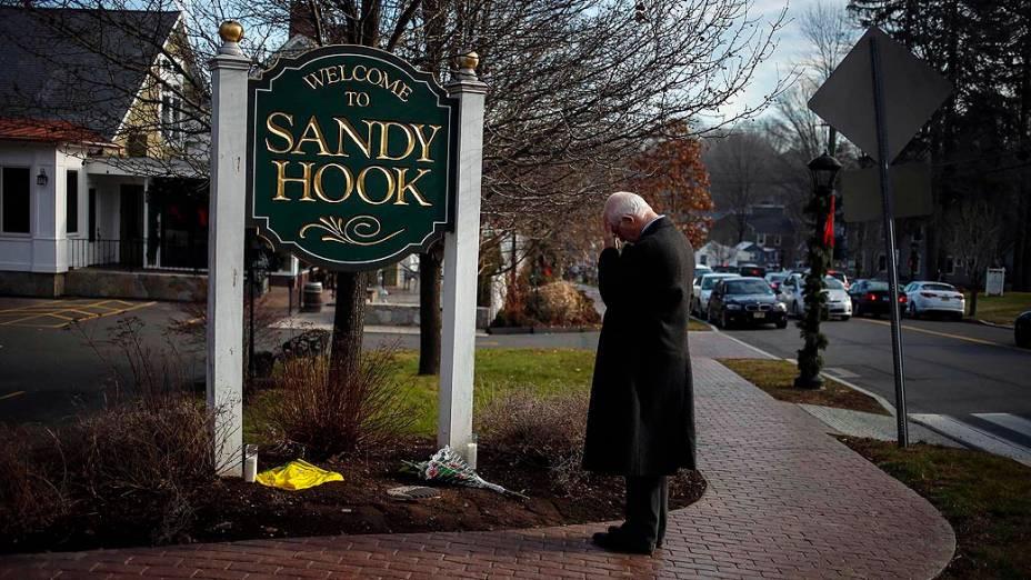 Steve Wruble, voluntário que presta apoio às vítimas do tiroteio, na entrada de Sandy Hook, em Newtown