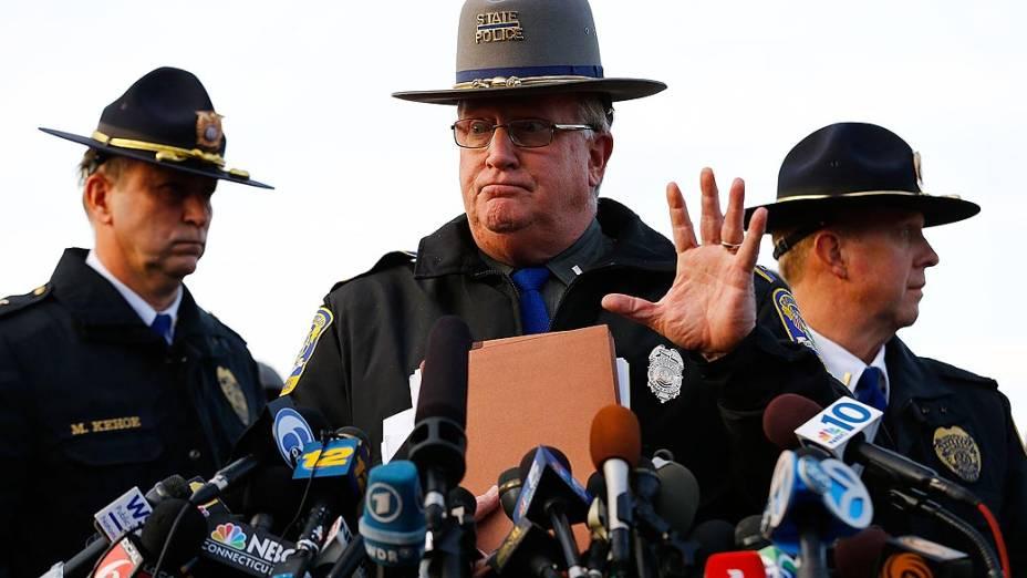 Tenente J. Paul Vance responde a perguntas da impresa sobre o tiroteio que aconteceu na escola Sandy Hook, em Newtown