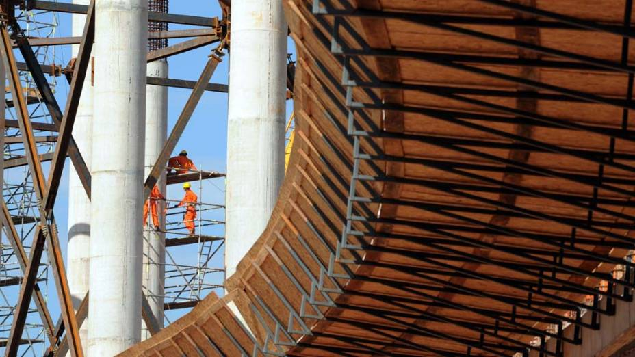 Trabalhadores na construção do estádio de Brasília para a Copa do Mundo da FIFA de 2014